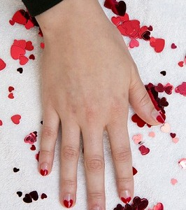 """Brave Heart"" Nail Design with COVERGIRL Outlast Stay Brilliant Nail Gloss (Photo: Business Wire)"