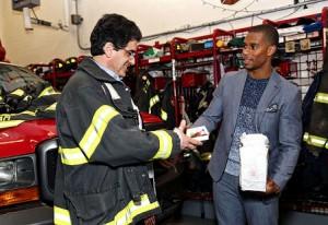 Victor Cruz y bombero