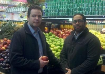 Alex Inoa (Right) and Jorge Guillén (left), coordinators of the online supermarket, TheEasymarket.com (Photo by José Acosta via El Diario/La Prensa)