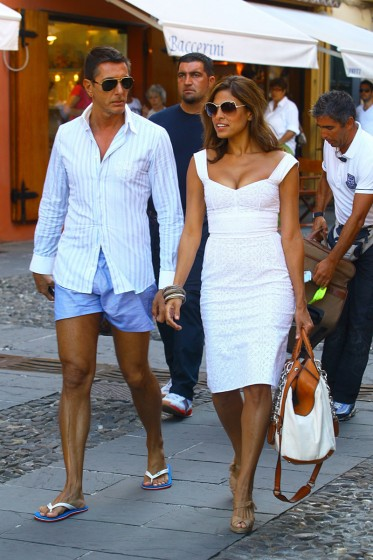Eva-Mendes-having-a-walk