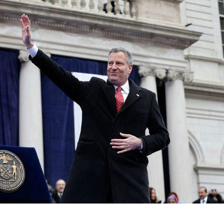 photo of new york city mayor bill de blasio waving his hand