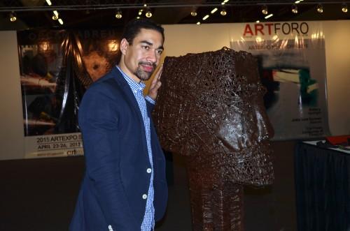 El pintor Oscar Abreu junto a una de sus esculturas